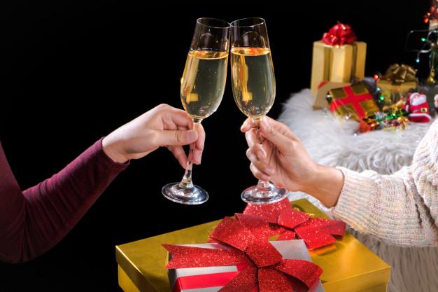 fiesta-ano-nuevo-navidad-celabrating-champana-arbol_1936-751